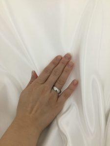 指にはめた指輪